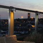Uitzicht bij invallende duisternis vanaf hotel terras