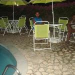À noite na área da piscina