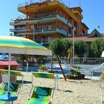 La spiaggia con tanti giochi per i bimbi e l'hotel COLA