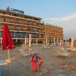 фасад отеля смотрит прямо на пляж и на море
