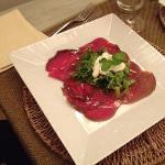 carpaccio di tonno con verdure e stracciatella