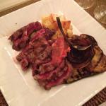 tagliata di manzo con verdure grigliate e patate al forno