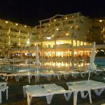 Hôtel illuminé la nuit