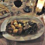 Agnello con patate, funghi, formaggio e salsa