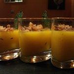 Gazpacho de mango con guarnicion de anchoas ahumadas y crocante de cebolla