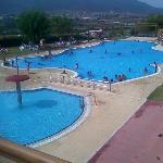 La piscina grande es amplia y está climatizada. La infantil no