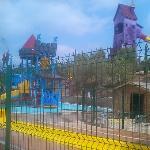 Además de la piscina con toboganes cuenta con un parque acuatico