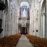 Blick zum Eingang mit der Orgel