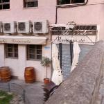 Exterior del restaurante, junto al muro de la calle de Sebastián Martínez