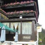 vista lateral del hotel y comedor