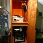 Stanza 35 - L'armadio con cassaforte, asciugacapelli, minibar