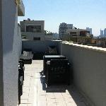 La terrasse à l'étage avec une petite vue mer