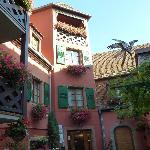 la cour fleurie de l'hôtel et les chambres avec terrasse