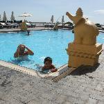 swimming pool cambodiana hotel- phnom penh : vue de la piscine avec vue sur le mékong.
