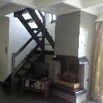 """Le petit escalier pour monter aux chambre et le """"trou"""" dangereux pour les petits enfants"""