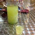 Huisgemaakte limoncello, ik zou de hele fles op kunnen drinken!