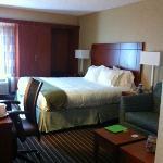 King room at the Hampton Holiday Inn Express