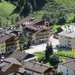 Bild på hotellet från kabinbanan (till Eggalm).