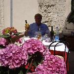 Grappaflasche stellt der Chef f.d. Gast a.d. Tisch