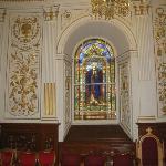 L'intérieur est richement décoré