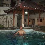 berenang malam hari setelah seharian mengelilingi bali