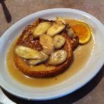 Met rum geflambeerde banaan op french toast