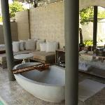 Sala Pool Villa: (covered) outdoor bath and chill out area