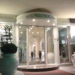 L'entrata dell'Hotel Miramare, signorile, distinta e attraente