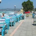 la colazione si fa in riva al mare in questa taverna
