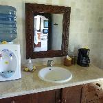 Waschbecken und Wasserspender