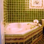 Jacuzzi tub in Dr Phillips Yellow Guest Room bathroom