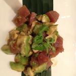 Roher Thunfisch mit Avocadoj