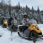 Parcourir la nature sauvage à motoneige