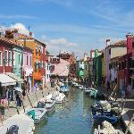 Si vas a Venecia, no dejes de ir hasta Burano, es muy bello y distinto.