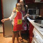 felices de poder compartir.. preparando una merienda en la cocina del piso