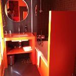 Salle de bain de la chambre moderne