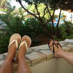 Relaxen op het balkon met uitzicht op het zwembad en bar.