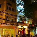 こんな細いホテルですが、奥行きは深い、京の町家のような造りです。