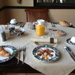 Il tavolo della colazione con la frutta già pronta