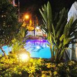 het zwembad bij avondlicht