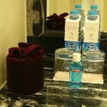 2 bottiglie di acqua in omaggio,collutorio e rotolo carta igienica nella sacca di velluto!