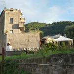 L'edificio storico ed il gazebo dov'è servita la colazione