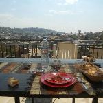 Pranzo in terrazza con vista su Tana