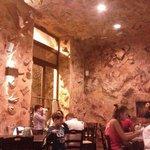 Il locale ha un rivestimento che ricorda una grotta