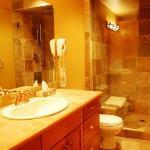 Copper Kettle Lodge - Premium Unit - Bathroom