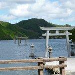 海まで続く参道 右手奥に神社がある