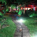 Vista del patio y comedor a la noche