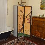 shared antique bathroom with ball and claw foot tub