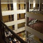 Вид на внутреннее пространтво с верхнего этажа. Внизу видна столовая зона.
