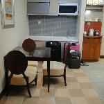 Deluxe Suite:the kitchen that we didnt use at all